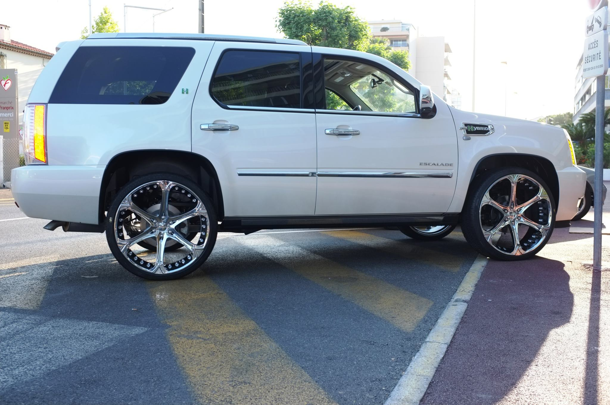 Giovanna Dalar-6V Chrome r26 on White Cadillac Escalade